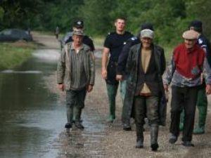 Evacuaţi escortaţi de jandarmi