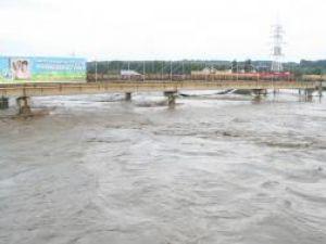 Apele râului s-au apropiat la aproape un metru şi jumătate de platforma rutieră a podurilor din Burdujeni şi Iţcani