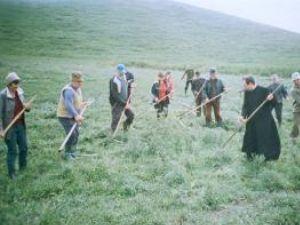 Sătenii din Ilişeşti, la muncă împreună cu preotul paroh Dănuţ Popovici
