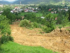 Dealul care cade spre casele oamenilor