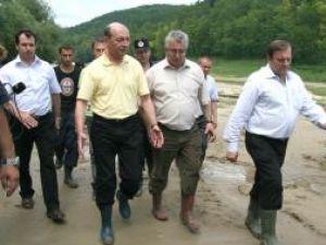 Traian Băsescu împreună cu Ion Lungu şi Gheorghe Flutur, în zona calamitată Pătrăuţi