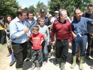 Preşedintele CJ Suceava, Gheorghe Flutur, prim-ministrul Emil Boc şi prefectul de Suceava, Sorin Popescu