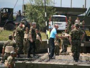 Traian Băsescu a venit însoţit de ministrul Apărării, Gabriel Oprea, cei doi inspectând lucrările la podul de pontoane de peste râul Suceava
