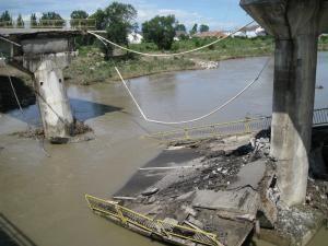 O porţiune din podul de la Dorneşti a căzut în râul Suceava