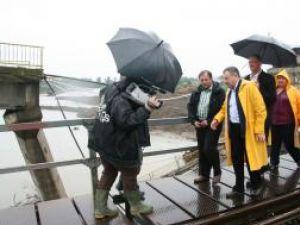 Preşedintele CJ Suceava, Gheorghe Flutur, şi ministrul Transporturilor, Radu Berceanu  au inspectat în cursul zilei de ieri podul rutier din Dorneşti