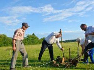 Preşedintele CJ Suceava, Gheorghe Flutur, şi primarul de Dărmăneşti, Dan Chidoveţ, săpând cu hârleţul la fundaţia unei casei