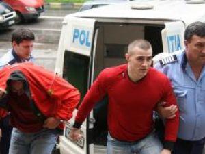 """Preotul Gheorghe Cristinel Pînzaru (stânga) a împărţit, ieri, la Tribunal, aceeaşi pereche de cătuşe cu """"Legionarul"""""""