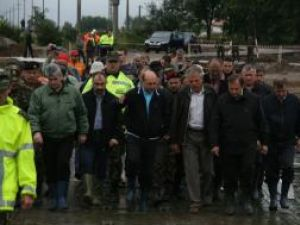 Traian Băsescu a fost prezent ieri în comuna Dorneşti pentru a participa la deschiderea podului provizoriu de pontoane construit pe râul Suceava