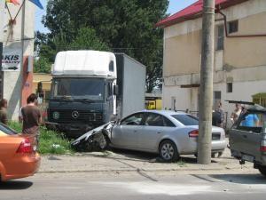 Şoferul autoturismului Audi, proptit în autocamionul parcat la marginea drumului