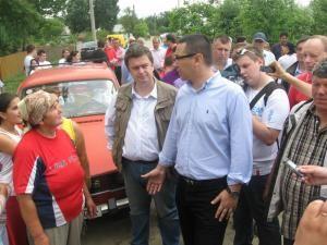 Victor Ponta a venit cu ajutoare pentru sinistraţii din Suceava