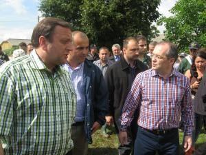 Emil Boc a vizitat lucrările de reconstrucţie a caselor din Dărmăneşti