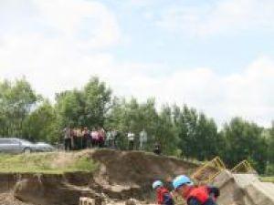 Angajaţii SC SUCT au lucrat inclusiv sâmbăta şi duminica la construcţia podului de acces în Gura Solcii