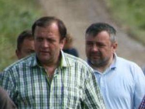 Gheorghe Flutur, cel care a făcut demersurile necesare pentru ca Guvernul să aloce materiale de construcţie, şi deputatul democrat-liberal Ioan Bălan