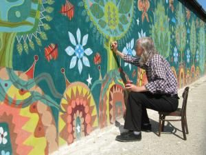 Artistul plastic Dan Cornel lucrând la detaliile compoziţiei