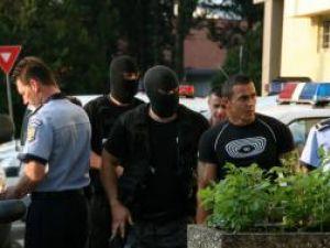 Tinerii şi-au petrecut noaptea în arestul poliţiei