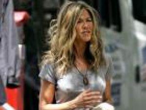 Jennifer Aniston îşi lansează propriul parfum