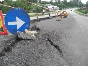 Deşi reabilitat recent, drumul este un adevărat pericol public pentru şoferi