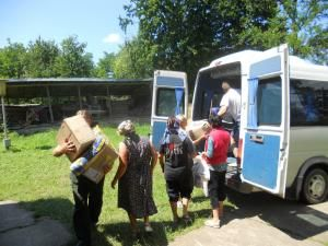 """Donaţii: Bunurile adunate în campania """"Sprijin pentru sinistraţii din Bucovina"""", distribuite în trei comune sucevene"""