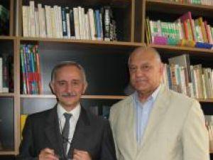 Paolo Messina şi Mircea Grosaru în Secţia Limbi Străine a bibliotecii sucevene