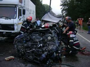 Maşina VW s-a zdrobit pur şi simplu sub camion