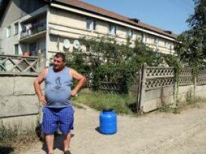 Locatarii de pe strada Bazelor au ramas fara apa in plina canicula