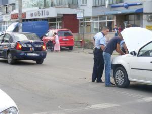 O maşină a Poliţiei a fost lovită din spate de un autoturism Dacia Logan. Foto: Honey CRAMARIUC