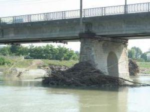 Podurile trebuie să fie curăţate periodic de aluviuni, pentru a nu bloca cursul apei