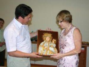 Deputatul Ghervazen Longher i-a oferit Annei Zalewska o icoană şi un costum tradiţional din Bucovina