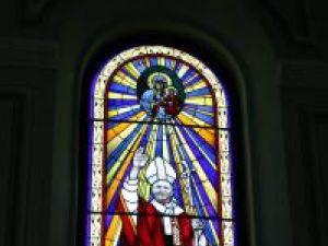 Papa Ioan Paul al II-lea, pe vitraliul executat la Poznan, în Polonia