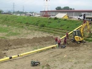 Deviere: Conducta de gaz metan din lunca Sucevei, în pericol de a fi ruptă de ape