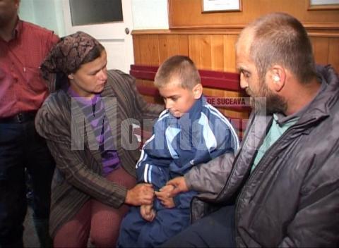 Mitică Piteleac, alături de părinţii săi, la scurt timp după ce-a fost salvat dintre ape