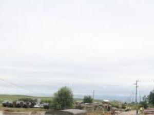 Circulaţia rutieră pe podul de pontoane de la Dorneşti a fost blocată de mai multe ori ieri