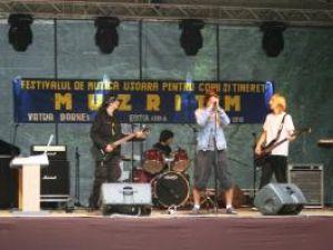 """Festivalul naţional de interpretare vocal - instrumentală pentru copii şi tineret """"Muzritm"""" s-a desfăşurat la Vatra Dornei"""