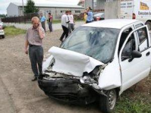 Şoferul Matizului a avut nevoie de intervenţia pompierilor de la Descarcerare pentru a putea fi scos din maşină