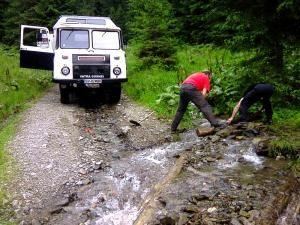 Salvamontiştii dorneni au avut serios de muncă pentru a face practicabil drumul spre Giumalău