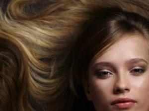 Din rutina de îngrijire nu lipsesc spălarea şi coafarea părului. Foto: ZEFA