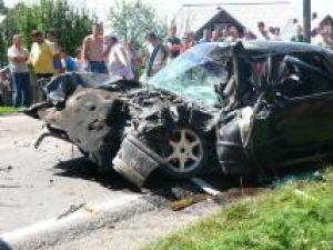 Maşina condusă de şoferul fără permis s-a izbit violent în autoutilitară Foto: Ioan Adrian DABÎCA