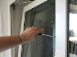 Cu doar o şurubelniţă, explică judiciariştii,  geamul termopan poate fi deschis din exterior