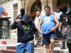 """Fănel Iova (cu hanoracul pe cap), şi Paul Iova, zis""""Ion Petrişor"""" (în tricou fără mâneci)"""