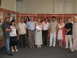 Organizatorii şi artiştii participanţi la expoziţia Culorile frăţiei