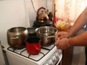 Încălzitul apei pe aragaz, singura soluţie a sucevenilor care nu au centrale de apartament sau boilere