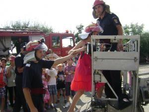 Din tabără: Zeci de copii din familii de sinistraţi, în vizită la Pompieri
