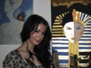 Andreea Juduc şi una din lucrările cu foiţă de aur, care a focalizat atenţia publicului