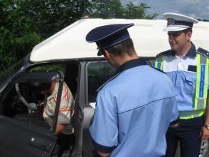 Poliţiştii din judeţ întocmesc teancuri de dosare penale la sfârşitul fiecărei săptămâni pe numele şoferilor penali depistaţi în trafic