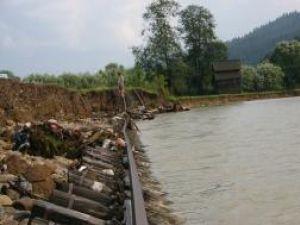 Râul Moldoviţa a rupt din terenul pe care trecea calea ferată