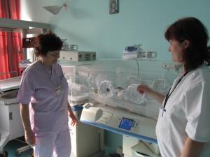Asistenta şefă de la secţia de Neonatologie, Domnica Armanu, şi colega ei