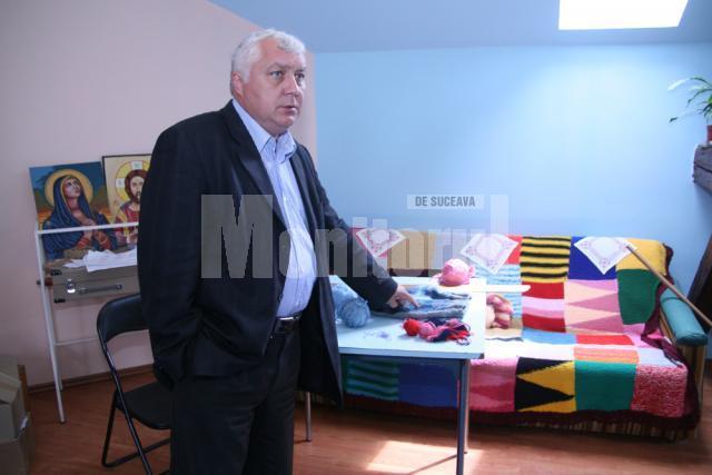 Alexandru Paziuc în atelierul de croitorie
