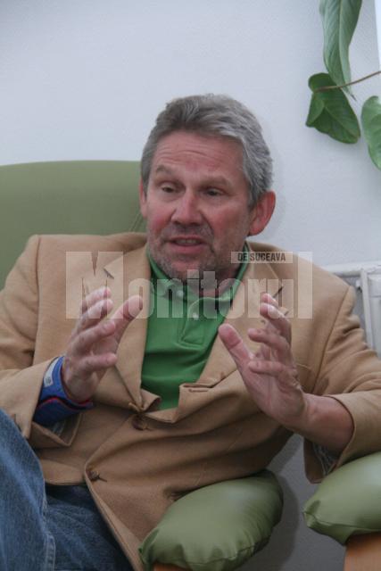 Doctorul Klaus Silberberger  spune că o altă problemă foarte mare întâlnită în România e stigmatizarea bolnavului psihic