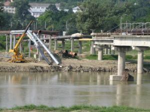 Conductele de apă caldă şi apă rece care traversau râul Suceava pe podul tehnic rupt de ape la inundaţiile din luna iulie au fost deja demontate parţial