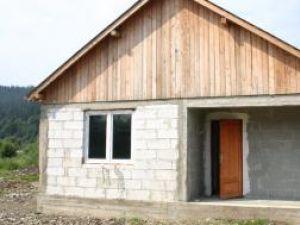 Casele pentru sinistraţi sunt pustii şi au şi uşa deschisă